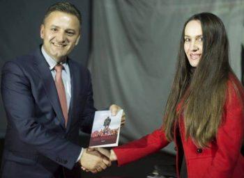 """Përurohet libri """"Marsi i Ditëlindjeve"""" – Dedikim për Besarta Jasharin!"""
